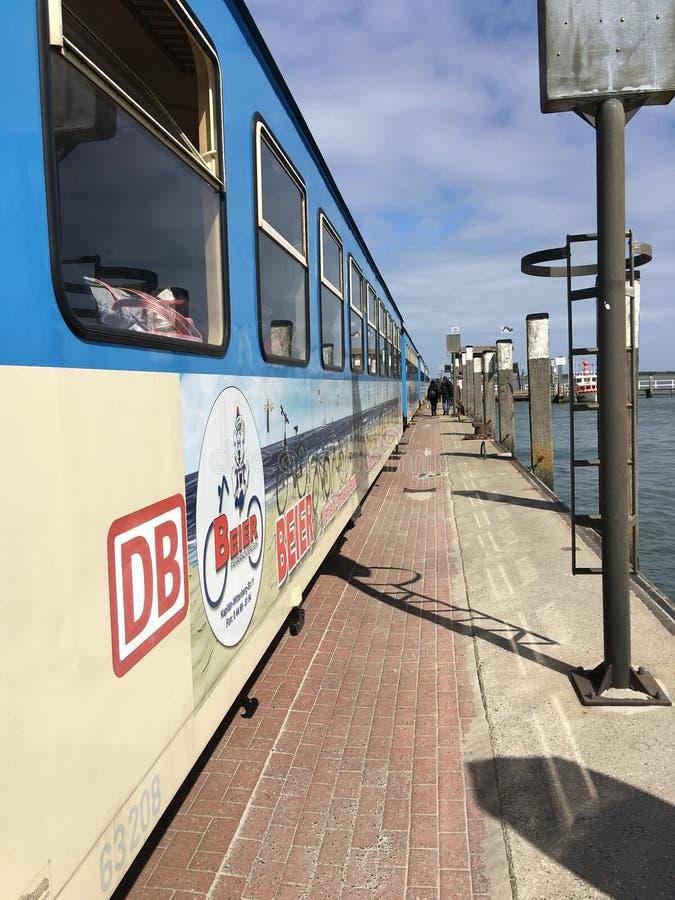 Treno del mare del sole della spiaggia di Wangerooge fotografia stock libera da diritti