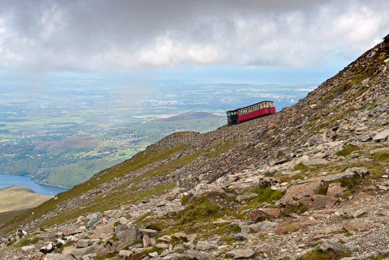 Treno del vapore che si dirige a Snowdon fotografie stock libere da diritti