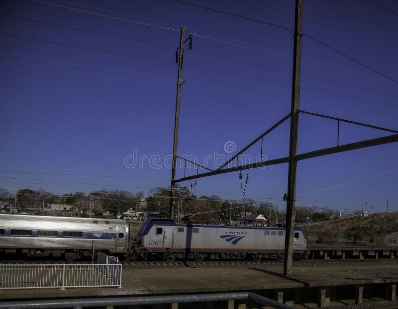 Treno dell'Amtrak che tira nella stazione a Lancaster, Pensilvania fotografie stock