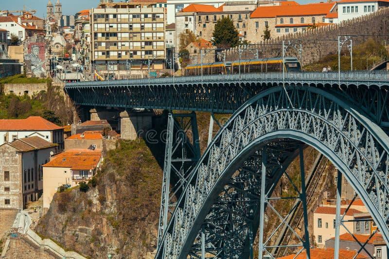 Treno della metropolitana di Oporto sul ponte del ferro di Dom Luis in Città Vecchia immagine stock libera da diritti