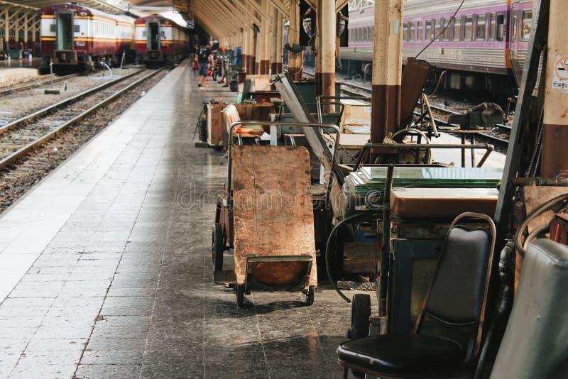 Treno della stazione ferroviaria dentro la vista fotografia stock