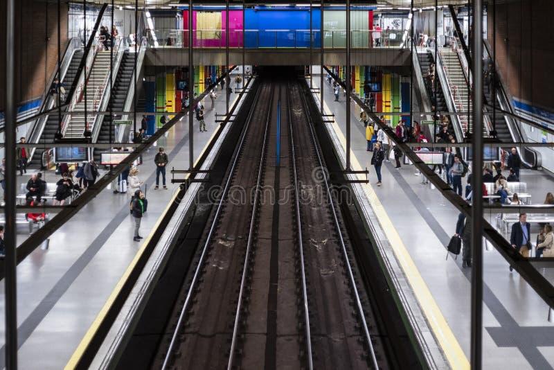 Treno della stazione della metropolitana di Madrid con i colori fotografia stock libera da diritti