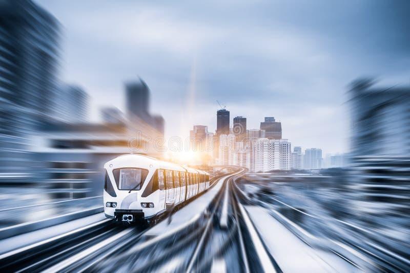 Treno di alianti attraverso il centro urbano in Kuala Lumpur, mosso immagini stock