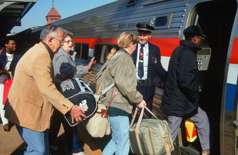 Treno di Amtrak di imbarco della gente fotografie stock libere da diritti