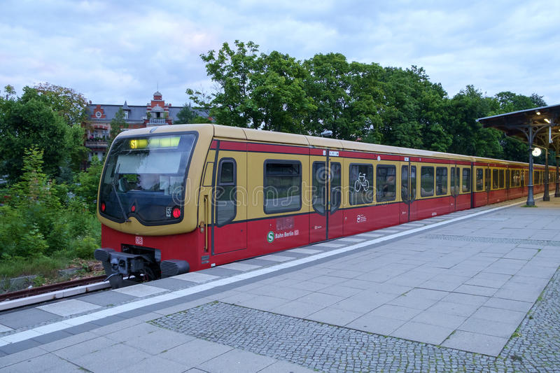 Treno di Berlino S1 fermato a Zehlendorf fotografia stock