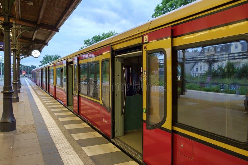 Treno di Berlino S1 fermato a Zehlendorf fotografie stock libere da diritti