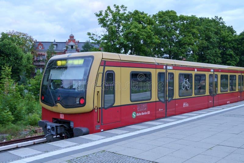 Treno di Berlino S1 fermato a Zehlendorf fotografia stock libera da diritti