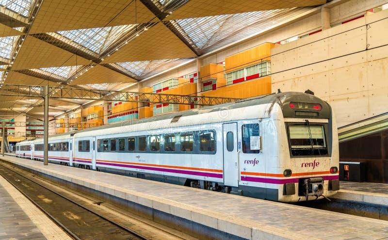 Treno di Distancia di media di Renfe alla stazione di Saragozza-Delicias fotografia stock libera da diritti