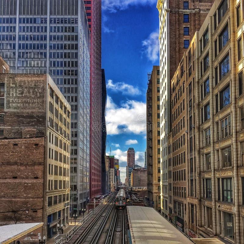Treno di EL di Chicago visto da un ponte sopra la pista elevata nel ciclo del centro che sembra del sud immagini stock