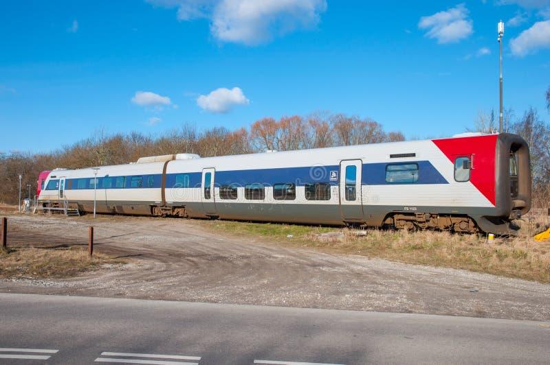 Treno di Lokaltog IC2 messo alla stazione ferroviaria di Tollose immagini stock