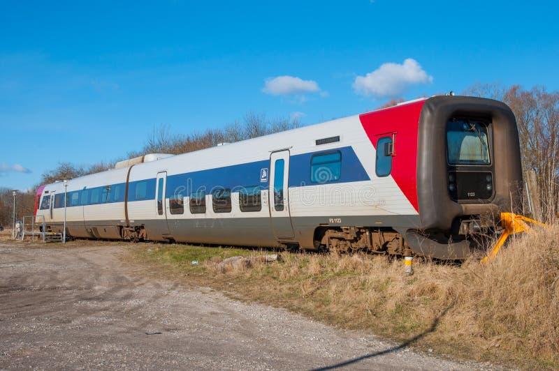 Treno di Lokaltog IC2 messo alla stazione ferroviaria di Tollose fotografia stock libera da diritti