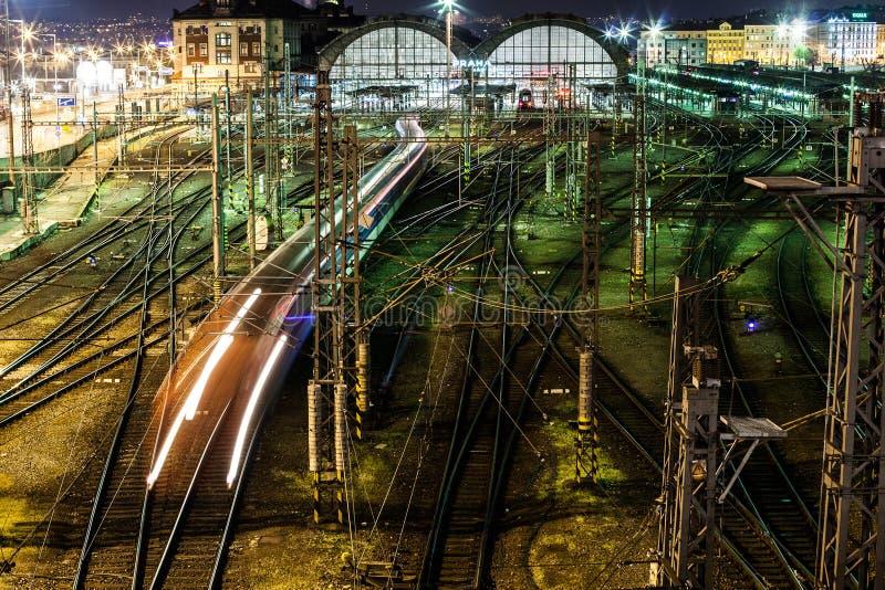 Treno di notte che lascia stazione fotografia stock libera da diritti