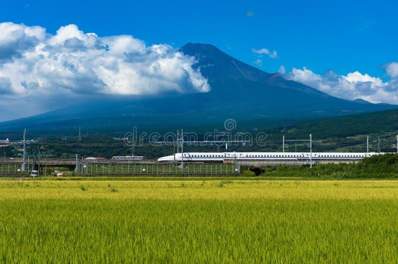 Treno di pallottola, viaggio di Shinkansen sotto il Mt Fuji nel Giappone fotografie stock libere da diritti