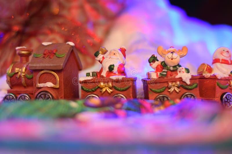 Treno di Santa Claus che porta i presente in un villaggio di favola fotografia stock libera da diritti