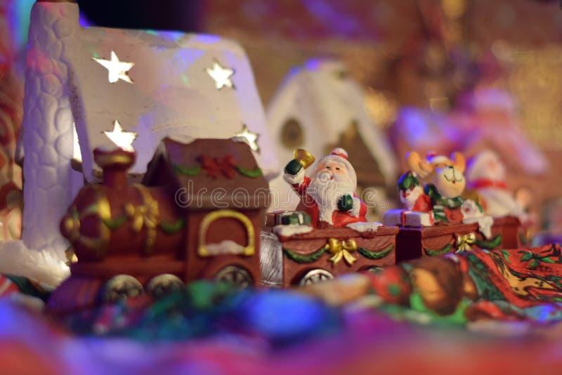 Treno di Santa Clous che porta i presente in un villaggio di favola fotografie stock libere da diritti