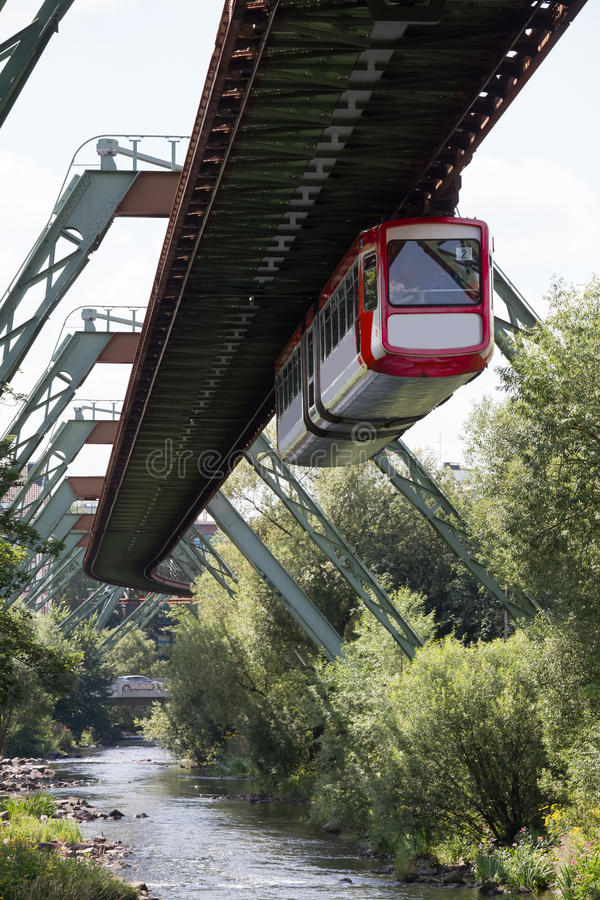 Treno di Schwebebahn a Wuppertal Germania fotografia stock libera da diritti