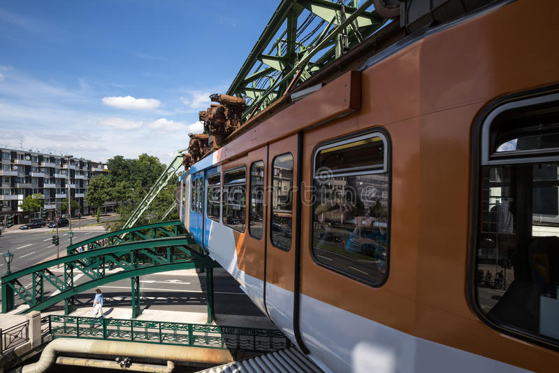 Treno di Schwebebahn a Wuppertal Germania immagini stock libere da diritti