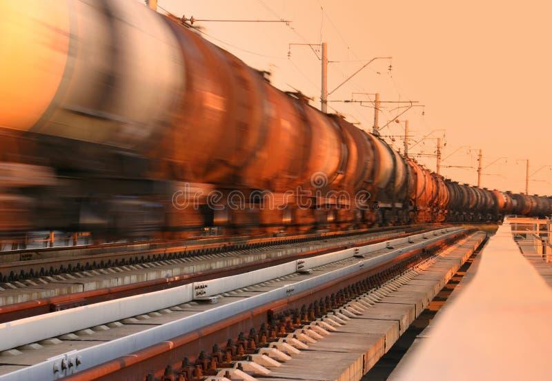 Treno di trasporto che passa vicino fotografia stock