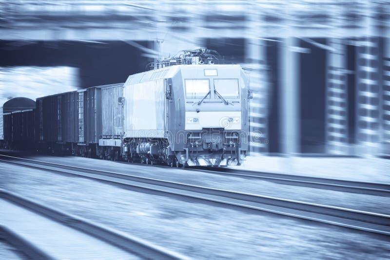 Treno di trasporto moderno con la sfuocatura di movimento fotografia stock libera da diritti