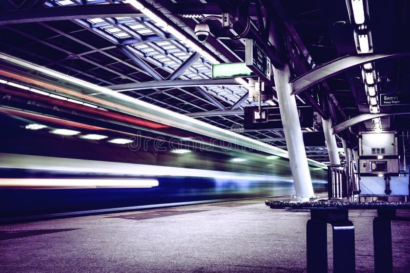 Treno di velocit? sulla ferrovia fotografia stock