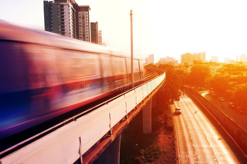 Treno di velocit? sulla ferrovia fotografie stock
