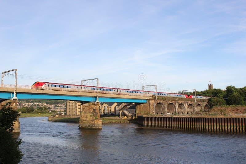 Treno di Voyager che attraversa Carlisle Bridge Lancaster fotografia stock libera da diritti