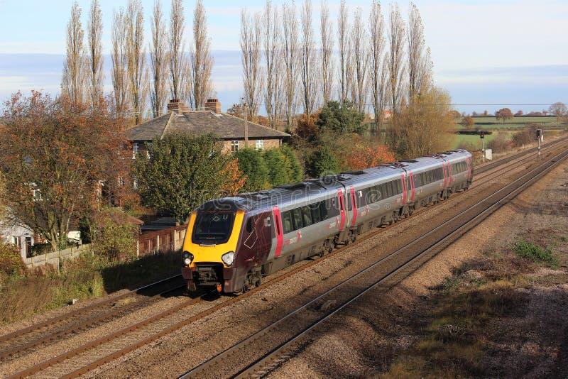 Treno di Voyager del paese trasversale che passa Bolton Percy. fotografia stock libera da diritti