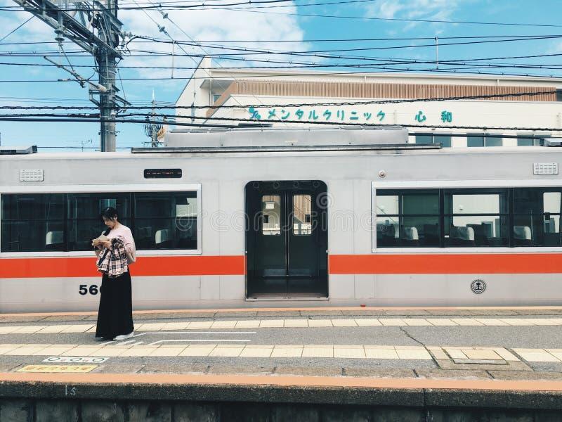 Treno e ragazza di Hanshin immagine stock libera da diritti