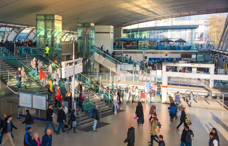 Treno e stazione della metropolitana internazionale di Stratford, una di più grande giunzione di trasporto di Londra ed il Regno  fotografia stock libera da diritti