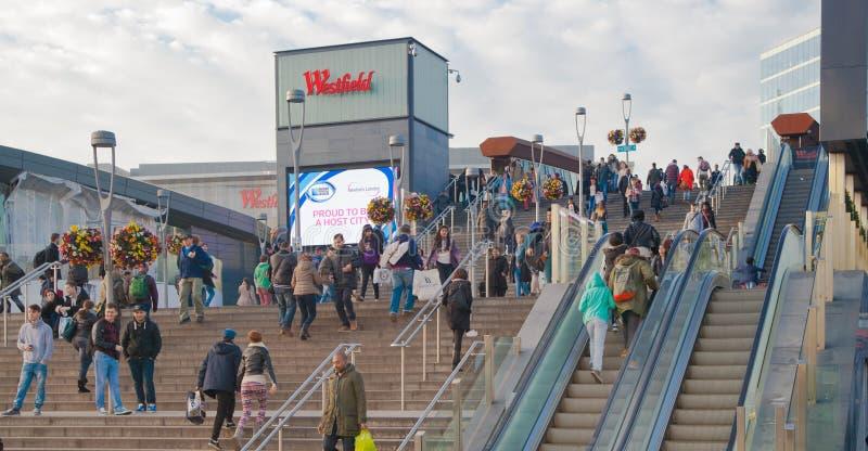 Treno e stazione della metropolitana internazionale di Stratford, una di più grande giunzione di trasporto di Londra ed il Regno  immagini stock