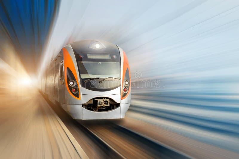 Treno elettrico ad alta velocità del passeggero moderno che si muove velocemente lungo il binario terminale Sfuocatura di movimen fotografia stock libera da diritti