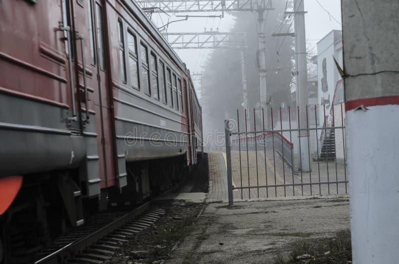 Treno elettrico su una stazione abbandonata e abbandonata immagine stock