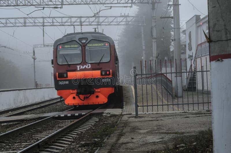 Treno elettrico su una stazione abbandonata e abbandonata fotografia stock