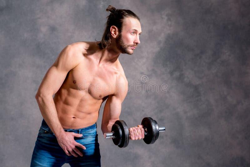 Treno esercitato del corpo del giovane con la Antivari-campana immagini stock libere da diritti