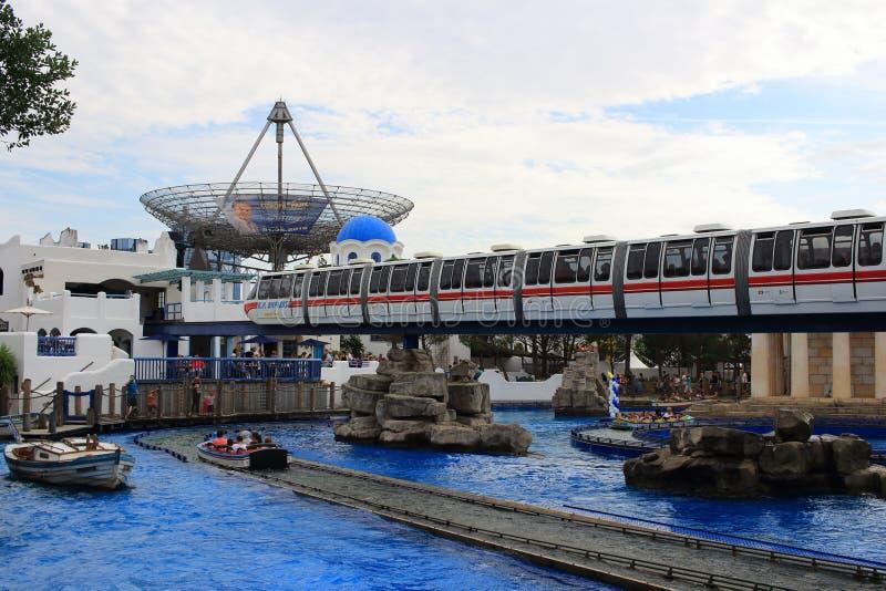 Treno espresso del parco di europa nel paesaggio greco fotografia stock