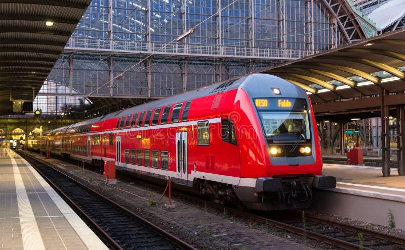 Treno espresso regionale nella stazione di Francoforte sul Meno immagini stock libere da diritti