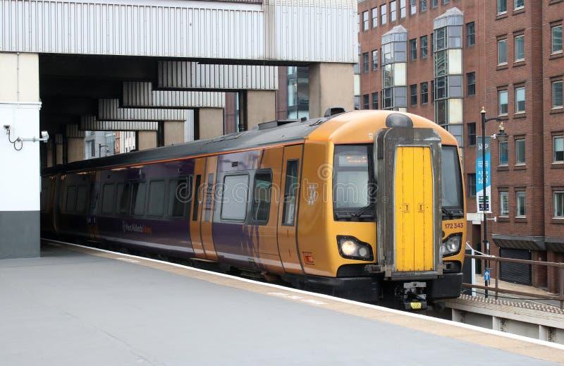 Treno ferroviario di dmu della West Midlands che lascia la collina della neve immagini stock libere da diritti