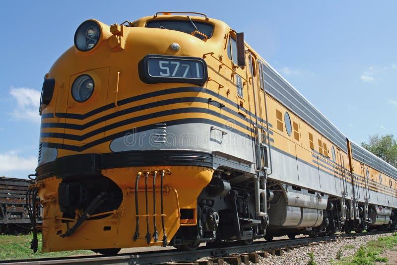 Download Treno giallo fotografia stock. Immagine di tecnologia - 7305950