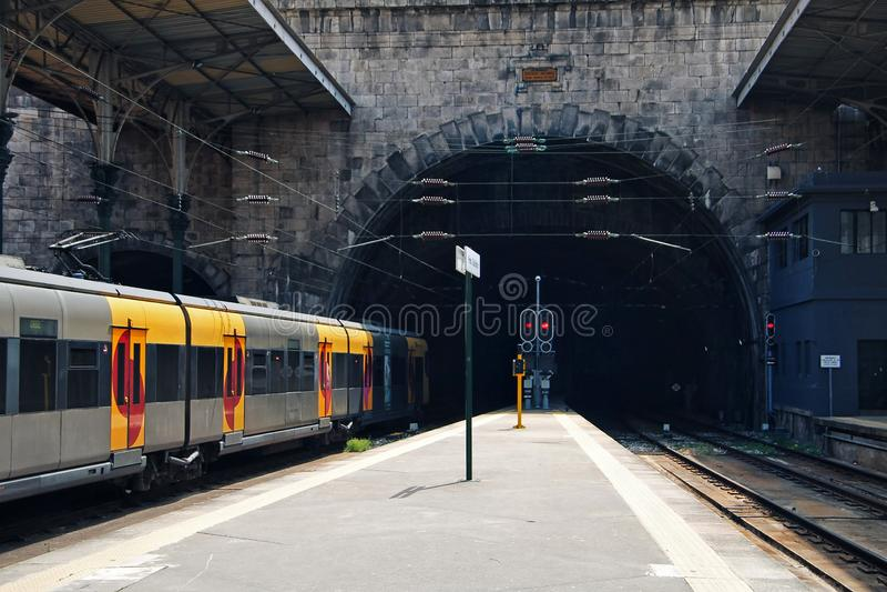 Treno giallo che lascia la stazione fotografie stock libere da diritti