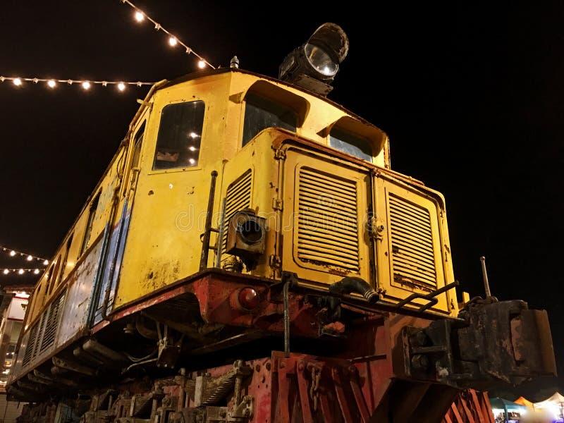 Treno giallo d'annata fotografia stock libera da diritti