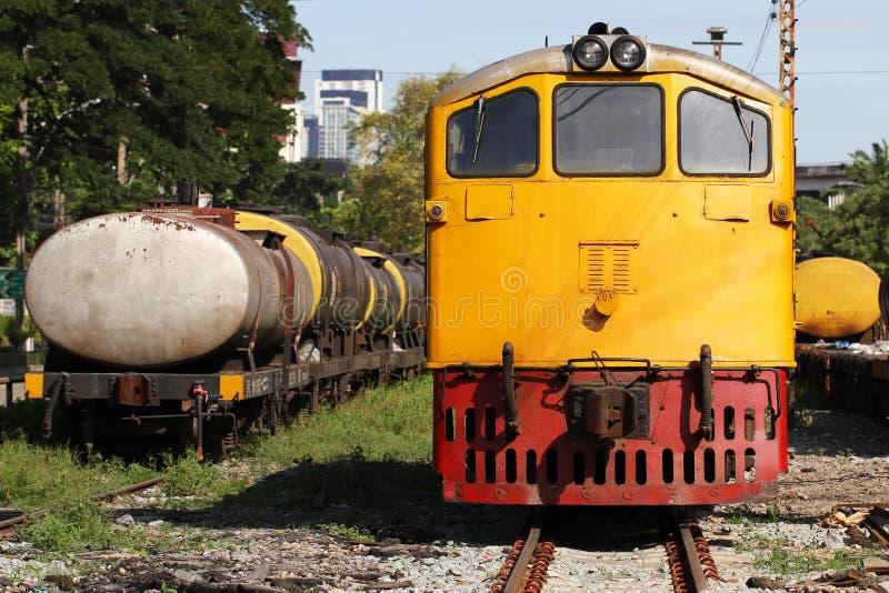 Treno giallo del motore diesel fotografie stock