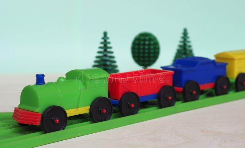 treno giocattolo e ferrovia fotografie stock