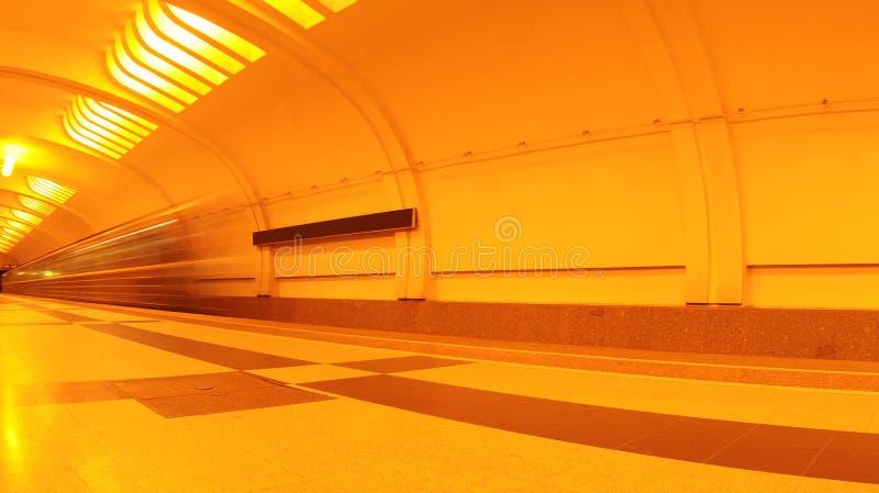 Treno interno e commovente della stazione di metropolitana fotografia stock libera da diritti