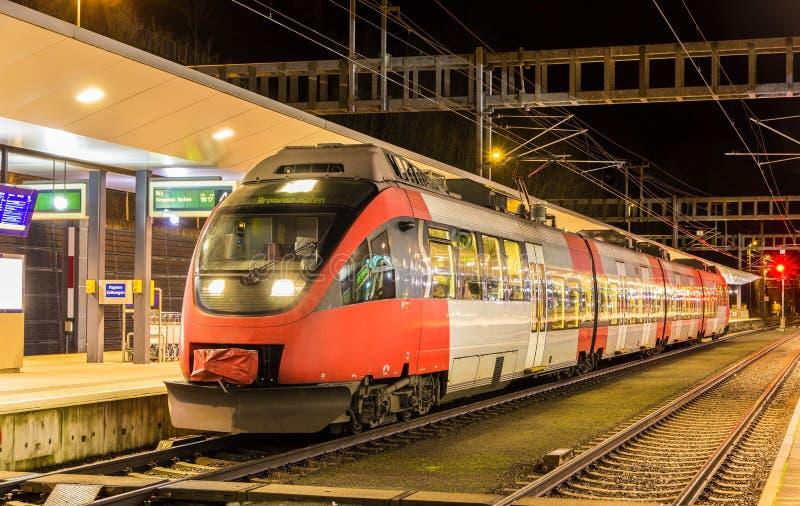 Treno locale dell'austriaco alla stazione di Feldkirch immagine stock libera da diritti
