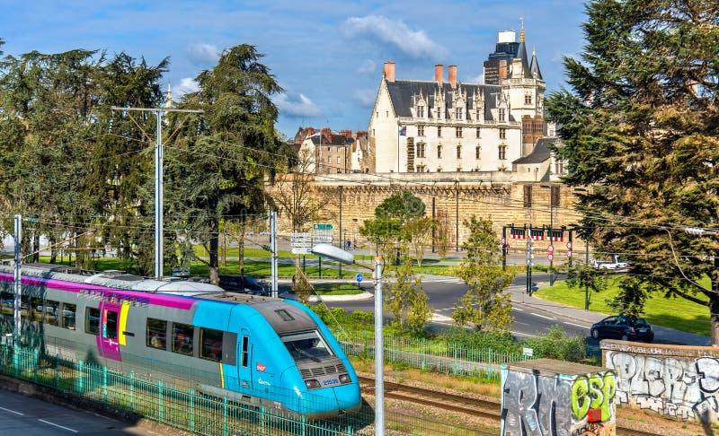 Treno locale ed il castello dei duchi di Bretagna a Nantes, Francia immagini stock libere da diritti