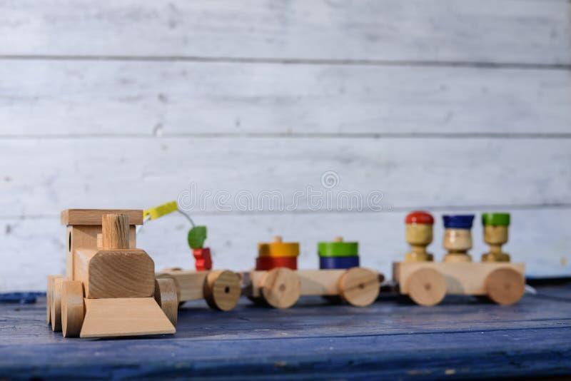Treno merci e vagoni di legno immagine stock