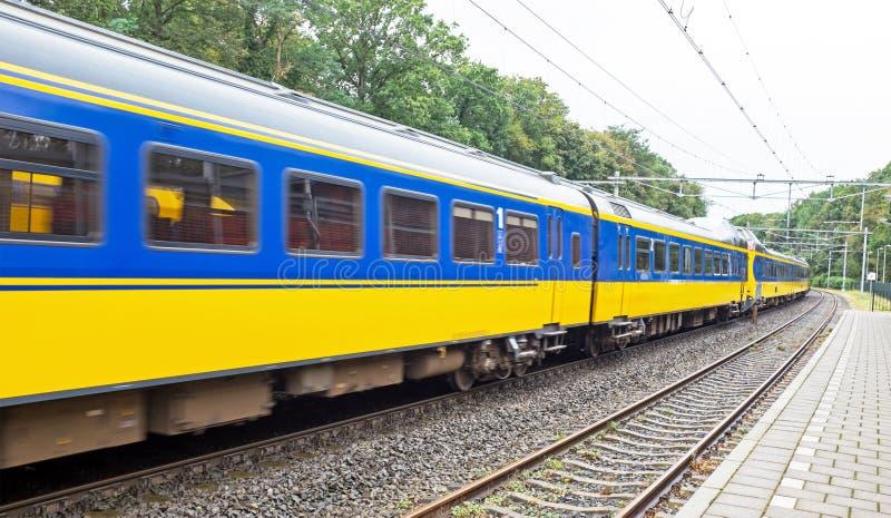 Treno nella campagna dai Paesi Bassi fotografia stock libera da diritti