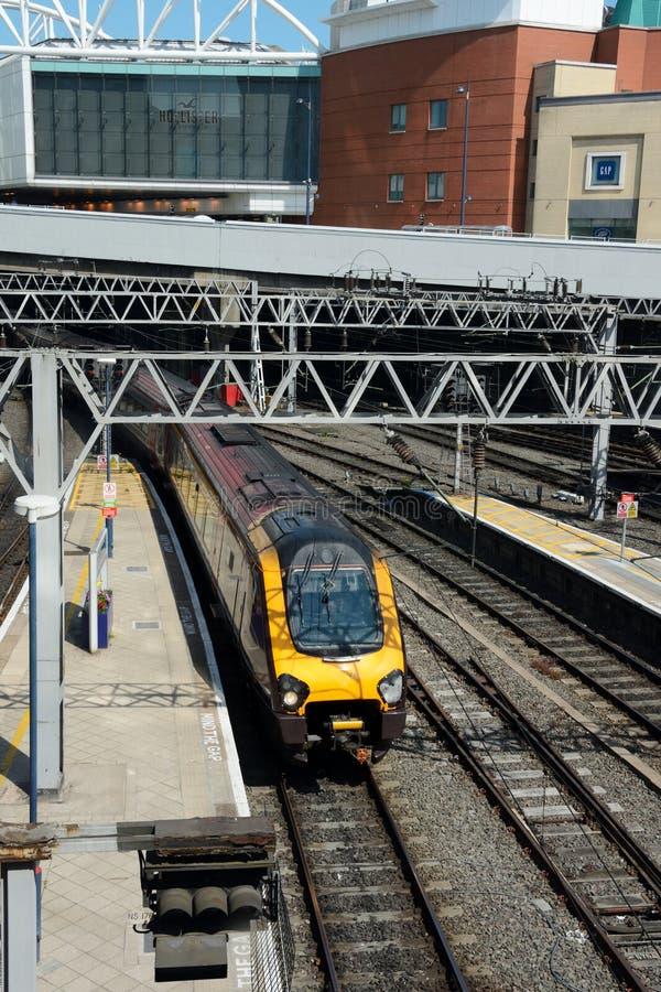 Treno nella nuova stazione della via, Birmingham immagine stock
