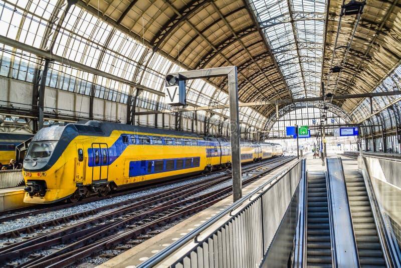 Treno nella stazione centrale nei Paesi Bassi di Amsterdam fotografie stock
