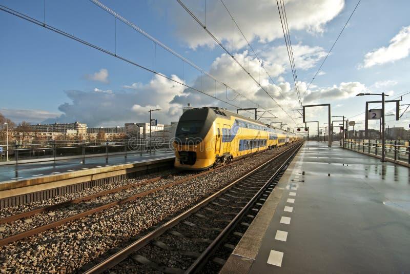 treno olandese arrivante di Amsterdam fotografia stock libera da diritti